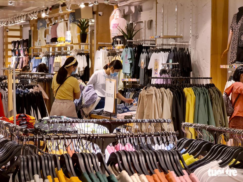 Các trung tâm thương mại TP.HCM mở cửa, dân rục rịch đi mua sắm - Ảnh 11.