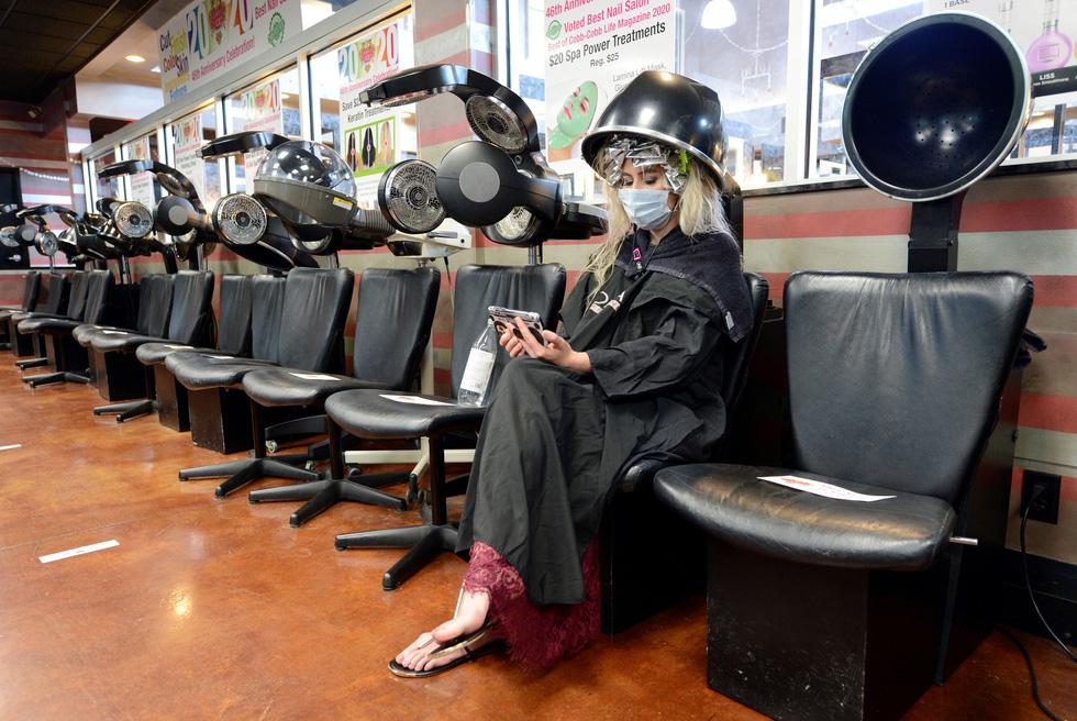Vừa nới lỏng phong tỏa, cả thế giới tranh thủ cắt tóc, làm đẹp… - Ảnh 2.