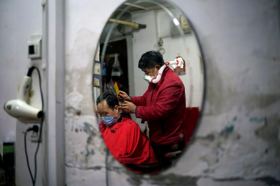 Vừa nới lỏng phong tỏa, cả thế giới tranh thủ cắt tóc, làm đẹp… - Ảnh 13.