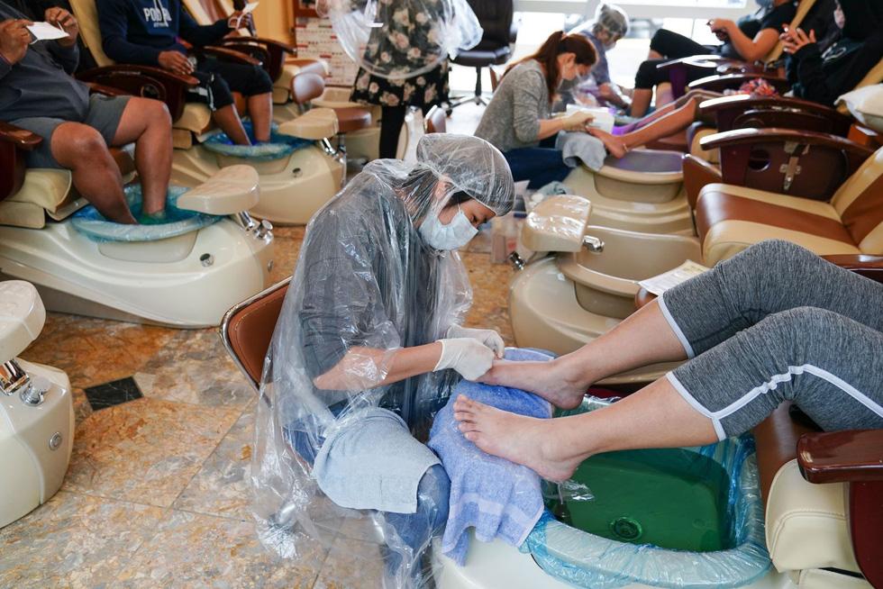 Vừa nới lỏng phong tỏa, cả thế giới tranh thủ cắt tóc, làm đẹp… - Ảnh 3.