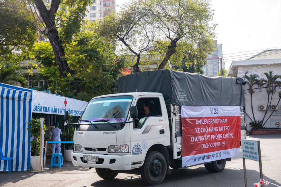 Những chuyến hàng Unilever đến với tuyến đầu chống dịch - Ảnh 1.