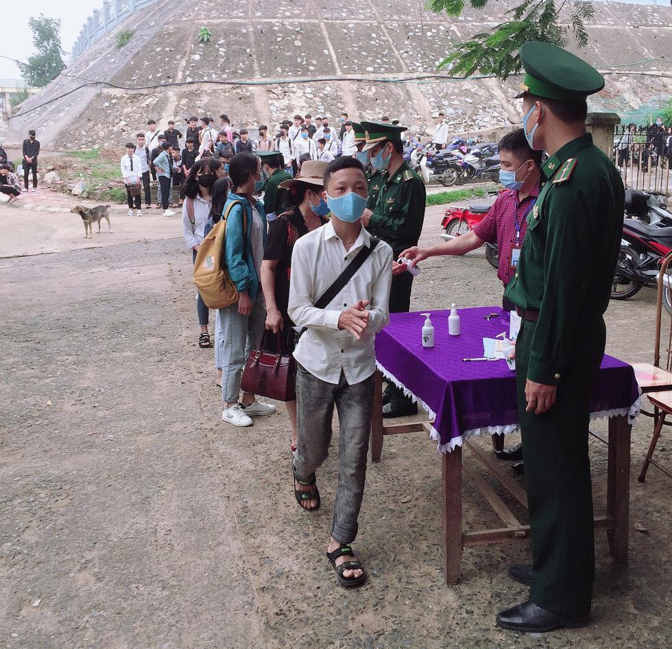 Sáng nay 27-4, học sinh của gần 30 tỉnh thành trở lại trường - Ảnh 12.
