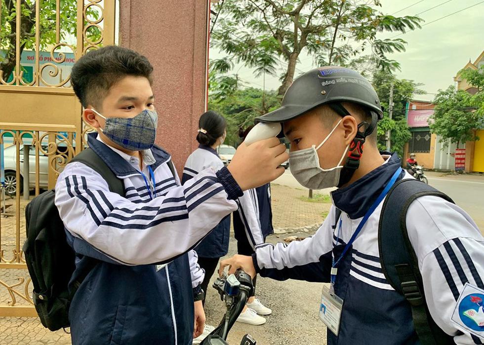 Sáng nay 27-4, học sinh của gần 30 tỉnh thành trở lại trường - Ảnh 2.