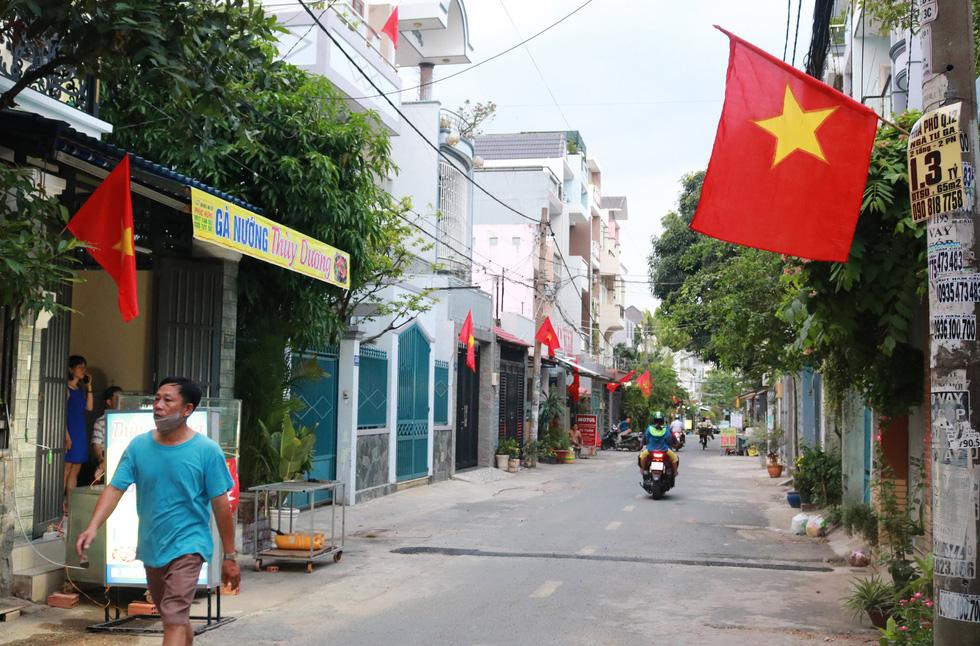 Hà Nội, TP.HCM rực rỡ cờ đỏ mừng 45 năm ngày thống nhất đất nước - Ảnh 6.