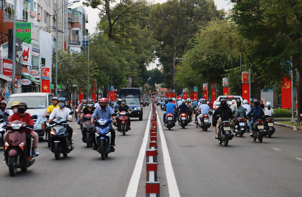 Hà Nội, TP.HCM rực rỡ cờ đỏ mừng 45 năm ngày thống nhất đất nước - Ảnh 7.