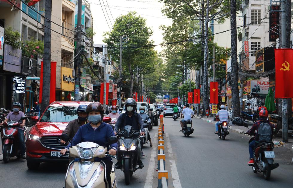 Hà Nội, TP.HCM rực rỡ cờ đỏ mừng 45 năm ngày thống nhất đất nước - Ảnh 8.