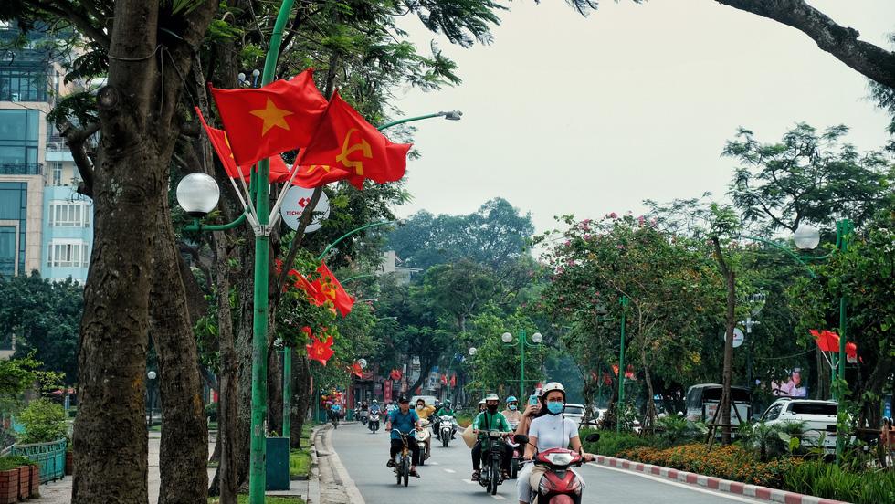 Hà Nội, TP.HCM rực rỡ cờ đỏ mừng 45 năm ngày thống nhất đất nước - Ảnh 2.