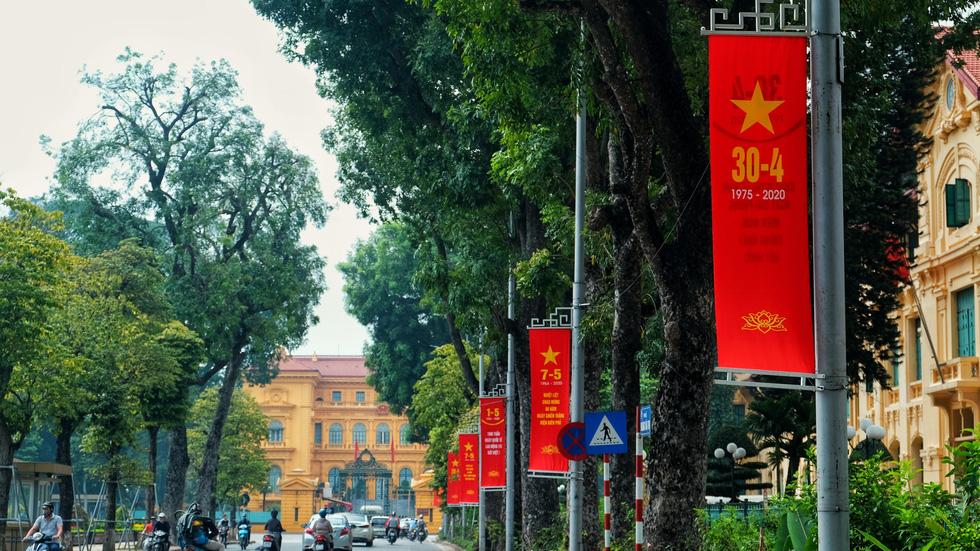 Hà Nội, TP.HCM rực rỡ cờ đỏ mừng 45 năm ngày thống nhất đất nước - Ảnh 3.