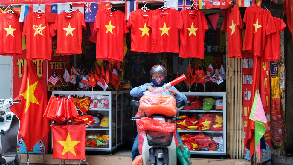 Hà Nội, TP.HCM rực rỡ cờ đỏ mừng 45 năm ngày thống nhất đất nước - Ảnh 4.