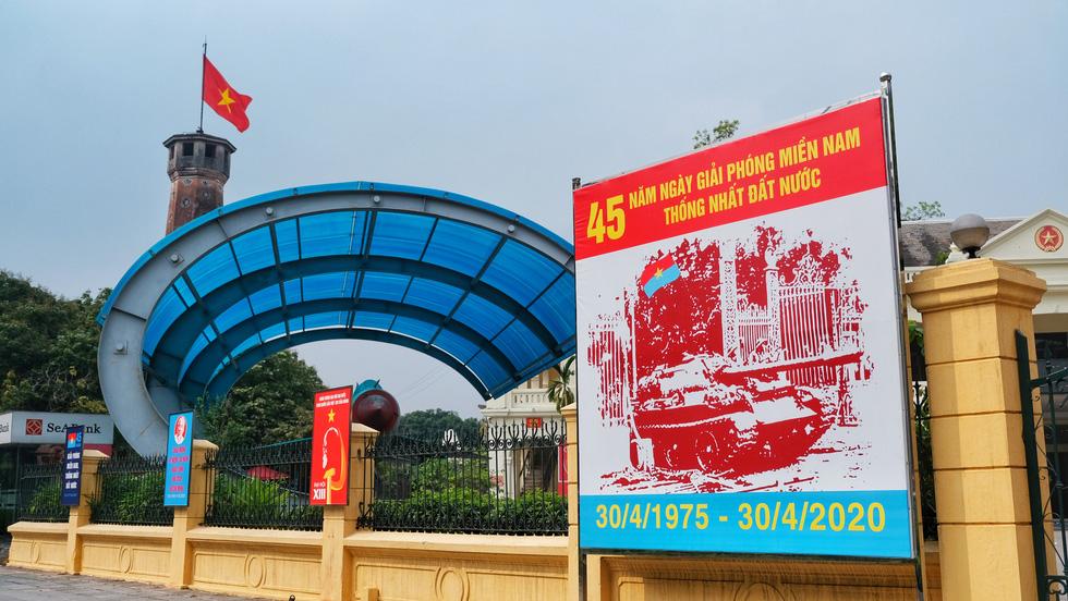Hà Nội, TP.HCM rực rỡ cờ đỏ mừng 45 năm ngày thống nhất đất nước - Ảnh 5.