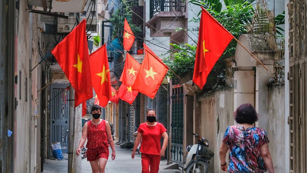 Hà Nội, TP.HCM rực rỡ cờ đỏ mừng 45 năm ngày thống nhất đất nước - Ảnh 1.