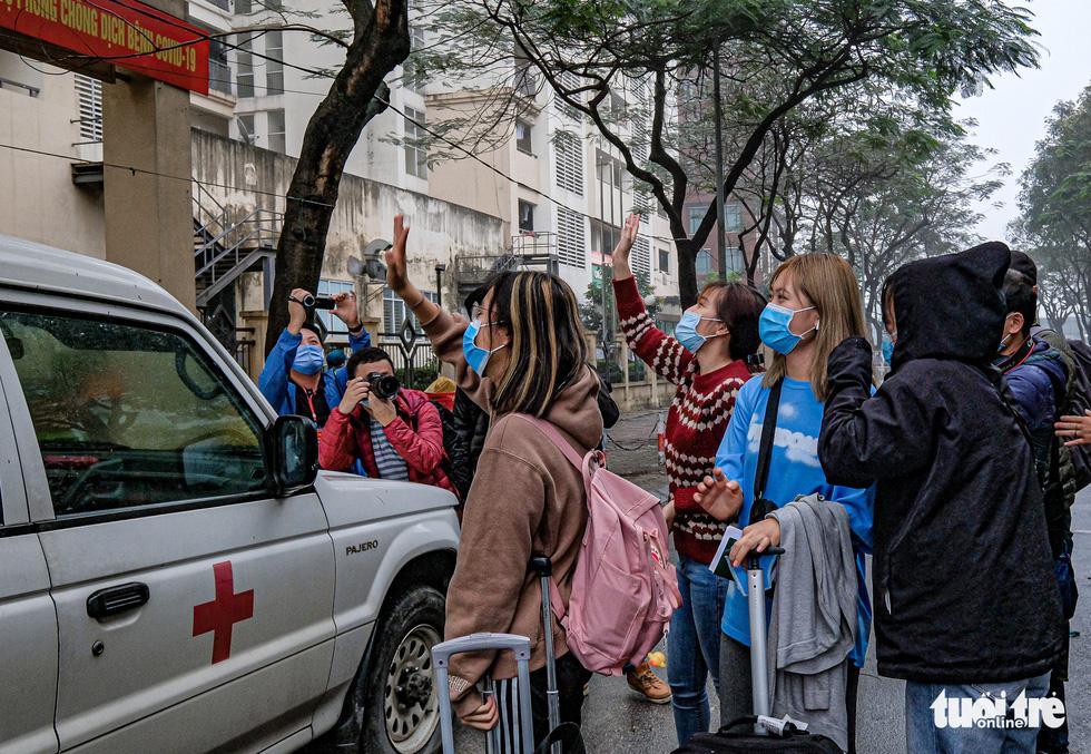 Hơn 240 người hết cách ly tại Hà Nội trở về địa phương - Ảnh 4.