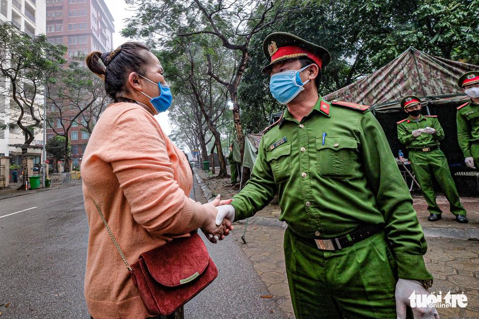 Hơn 240 người hết cách ly tại Hà Nội trở về địa phương - Ảnh 9.