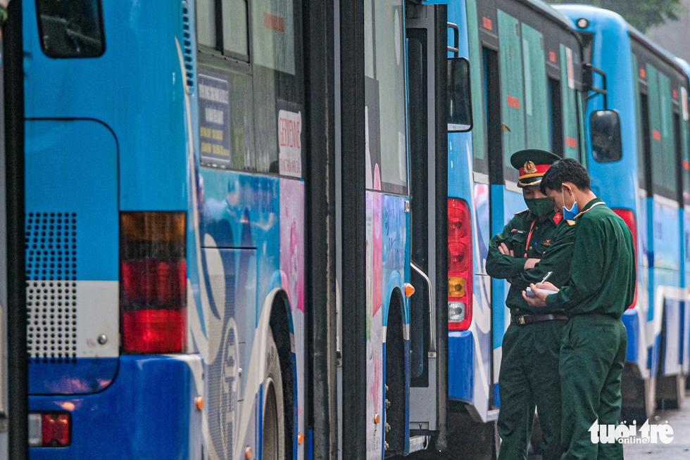 Hơn 240 người hết cách ly tại Hà Nội trở về địa phương - Ảnh 8.