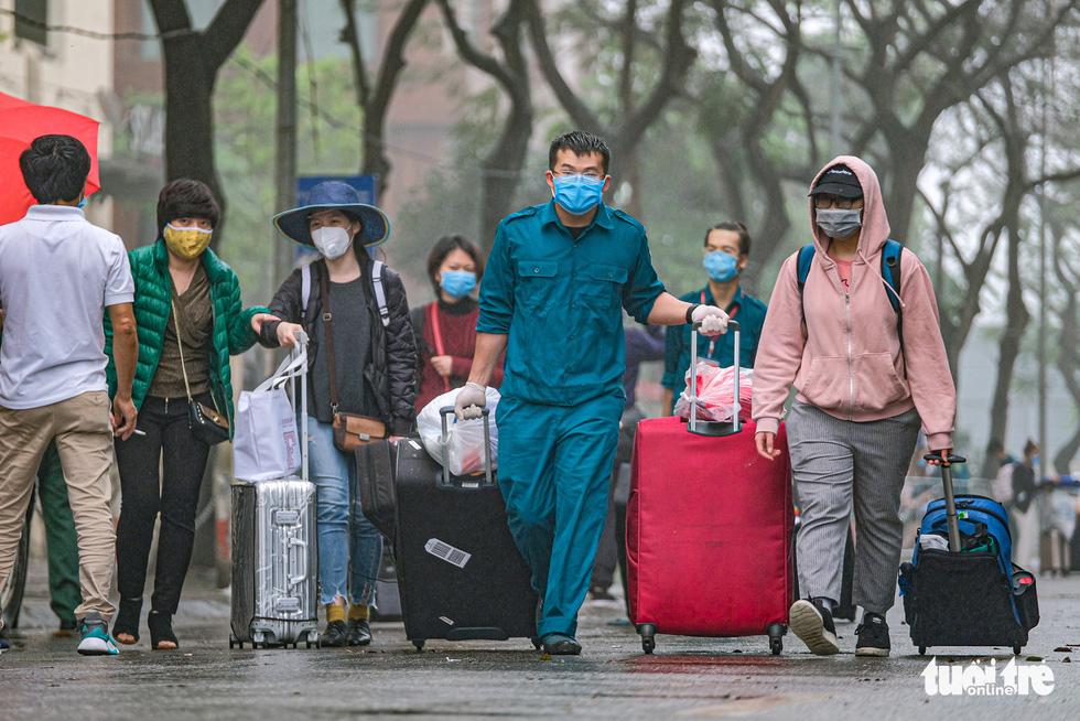Hơn 240 người hết cách ly tại Hà Nội trở về địa phương - Ảnh 3.