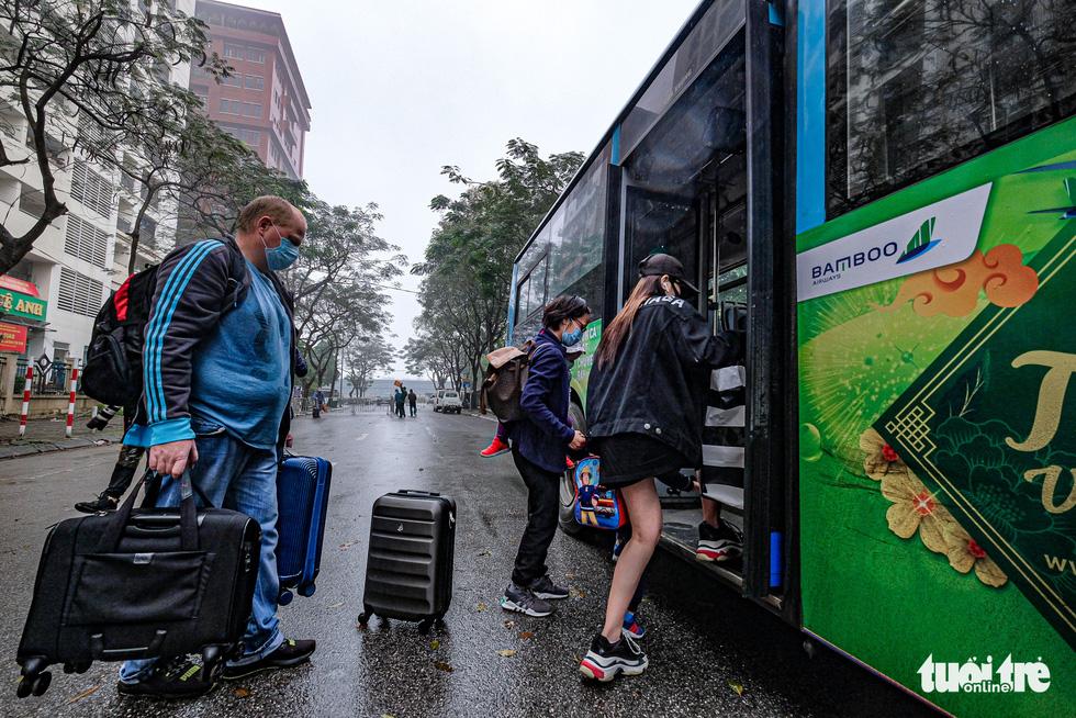 Hơn 240 người hết cách ly tại Hà Nội trở về địa phương - Ảnh 6.