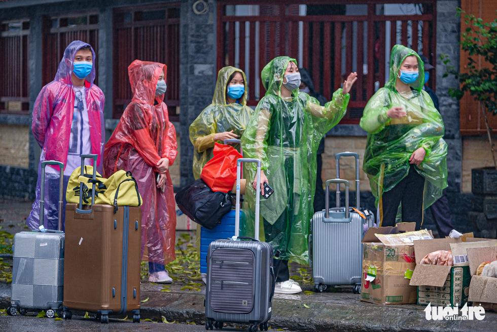 Hơn 240 người hết cách ly tại Hà Nội trở về địa phương - Ảnh 7.