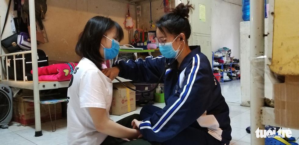 Giúp nhau đo nhiệt độ, khám tim phổi khi tự cách ly - Ảnh 2.