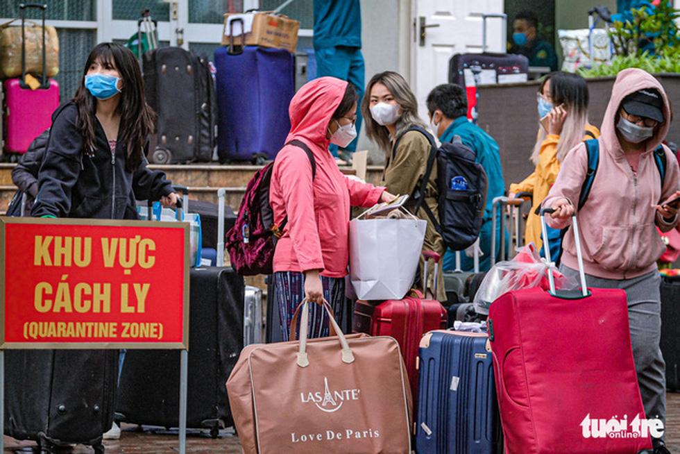 Hơn 240 người hết cách ly tại Hà Nội trở về địa phương - Ảnh 1.