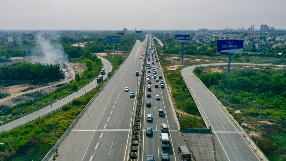 Sáng 30-4, kẹt xe nhiều giờ trên cao tốc TP.HCM - Long Thành - Dầu Giây - Ảnh 1.