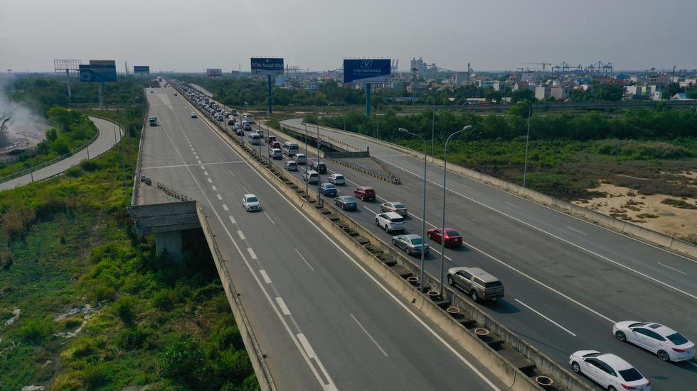 Sáng 30-4, kẹt xe nhiều giờ trên cao tốc TP.HCM - Long Thành - Dầu Giây - Ảnh 3.