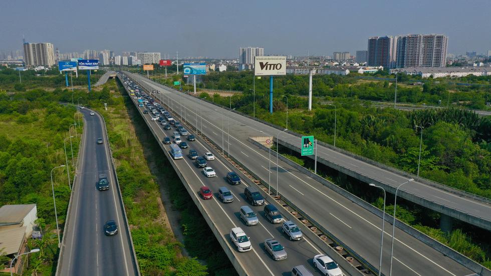 Sáng 30-4, kẹt xe nhiều giờ trên cao tốc TP.HCM - Long Thành - Dầu Giây - Ảnh 6.