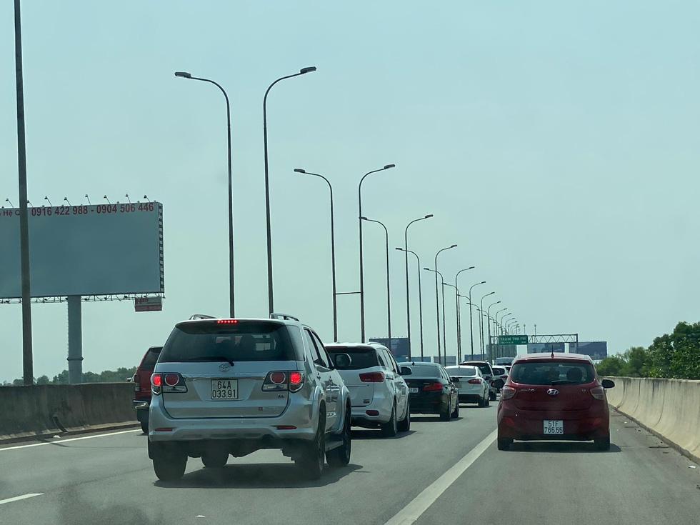Sáng 30-4, kẹt xe nhiều giờ trên cao tốc TP.HCM - Long Thành - Dầu Giây - Ảnh 4.