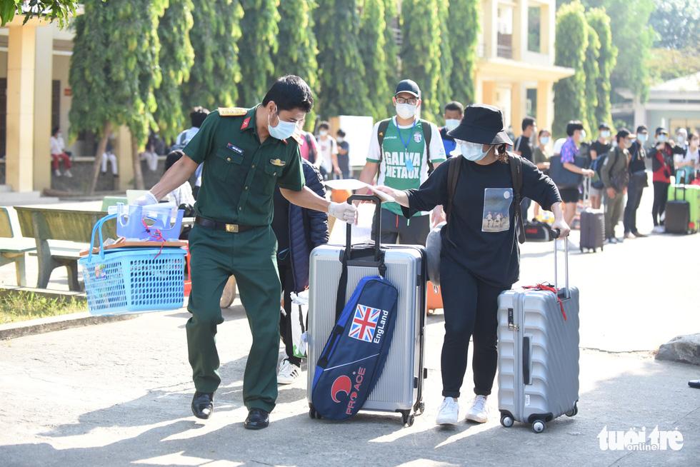 TP.HCM: 1.400 người hoàn thành cách ly được về nhà - Ảnh 1.