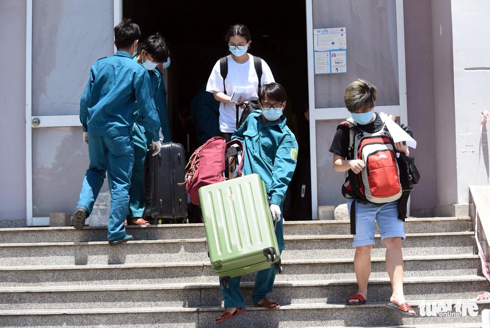 Áo xanh đội nắng đưa ra tận xe 600 người cách ly rời KTX Đại học Quốc gia TP.HCM - Ảnh 2.