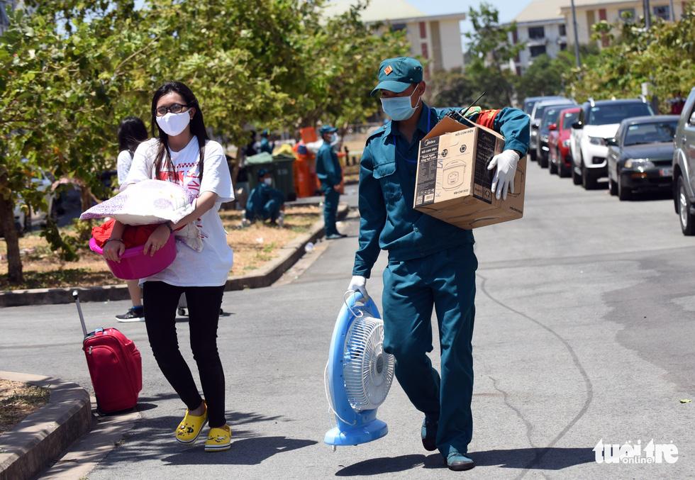 Áo xanh đội nắng đưa ra tận xe 600 người cách ly rời KTX Đại học Quốc gia TP.HCM - Ảnh 6.