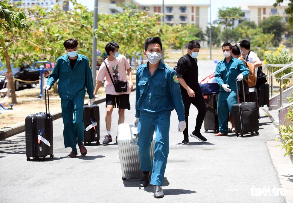 Áo xanh đội nắng đưa ra tận xe 600 người cách ly rời KTX Đại học Quốc gia TP.HCM - Ảnh 7.