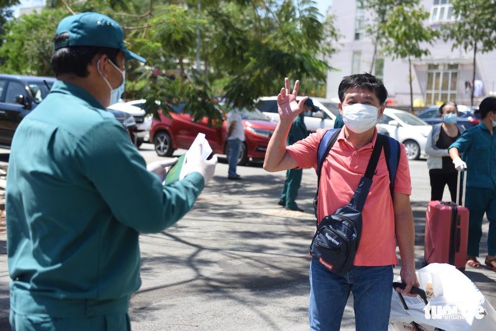 Áo xanh đội nắng đưa ra tận xe 600 người cách ly rời KTX Đại học Quốc gia TP.HCM - Ảnh 10.