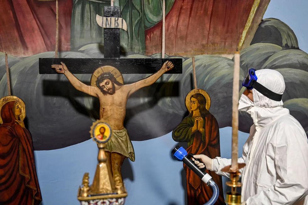 Các tôn giáo trên thế giới hành lễ ra sao để tuân thủ giãn cách xã hội thời COVID? - Ảnh 24.