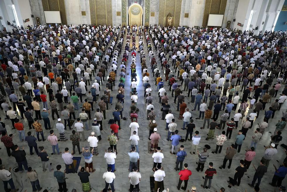 Các tôn giáo trên thế giới hành lễ ra sao để tuân thủ giãn cách xã hội thời COVID? - Ảnh 21.