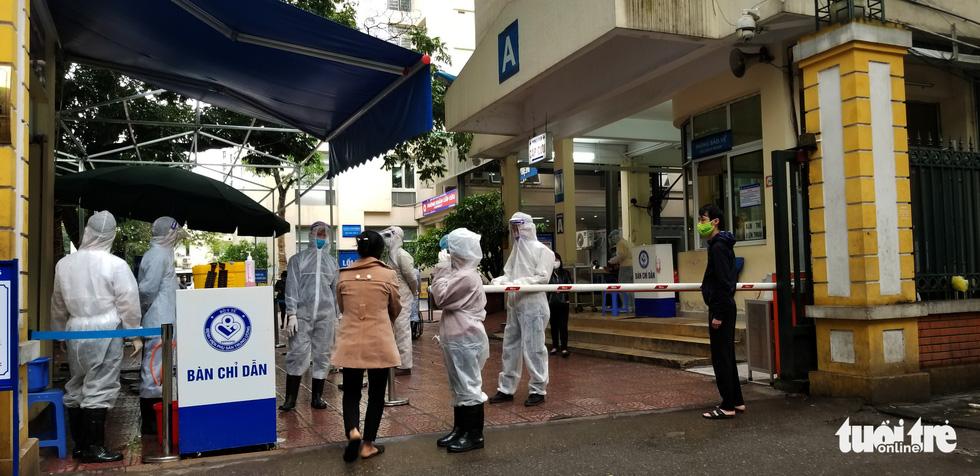 Sàng lọc, khai báo tiền sử dịch tễ ngay cổng ra vào Bệnh viện Phụ sản trung ương - Ảnh 6.