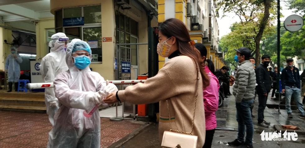 Sàng lọc, khai báo tiền sử dịch tễ ngay cổng ra vào Bệnh viện Phụ sản trung ương - Ảnh 1.
