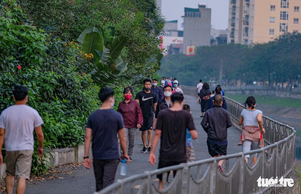 Công viên đóng cửa, nhiều người dân Hà Nội liều mình ra đường tập thể dục - Ảnh 10.