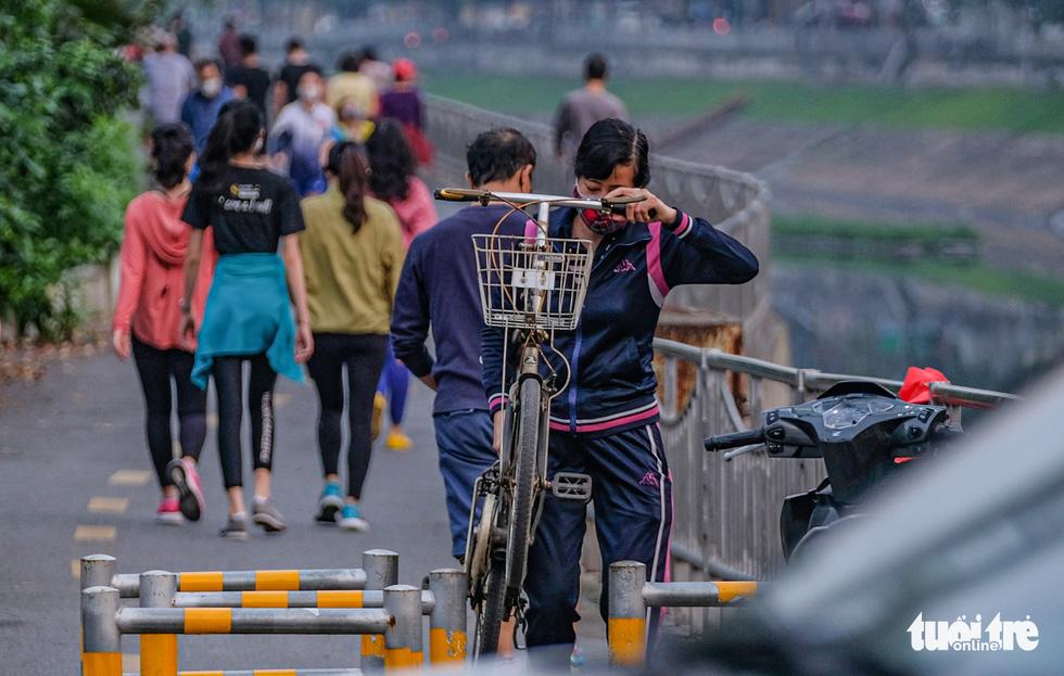 Công viên đóng cửa, nhiều người dân Hà Nội liều mình ra đường tập thể dục - Ảnh 7.