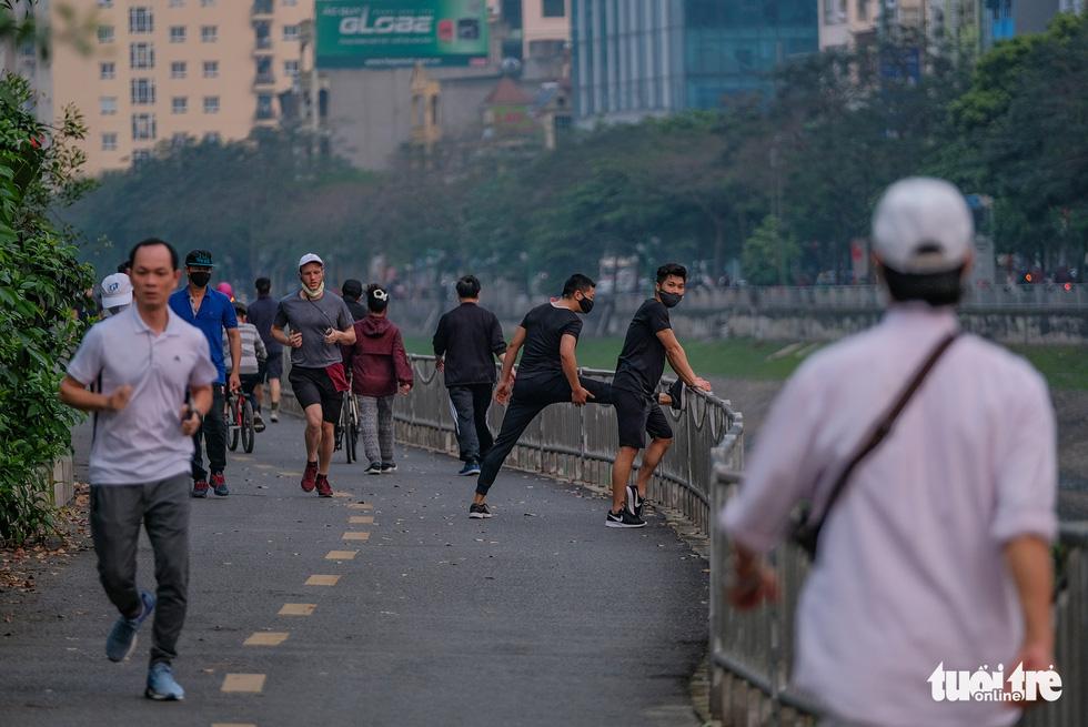 Công viên đóng cửa, nhiều người dân Hà Nội liều mình ra đường tập thể dục - Ảnh 6.