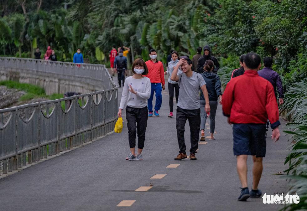 Công viên đóng cửa, nhiều người dân Hà Nội liều mình ra đường tập thể dục - Ảnh 5.