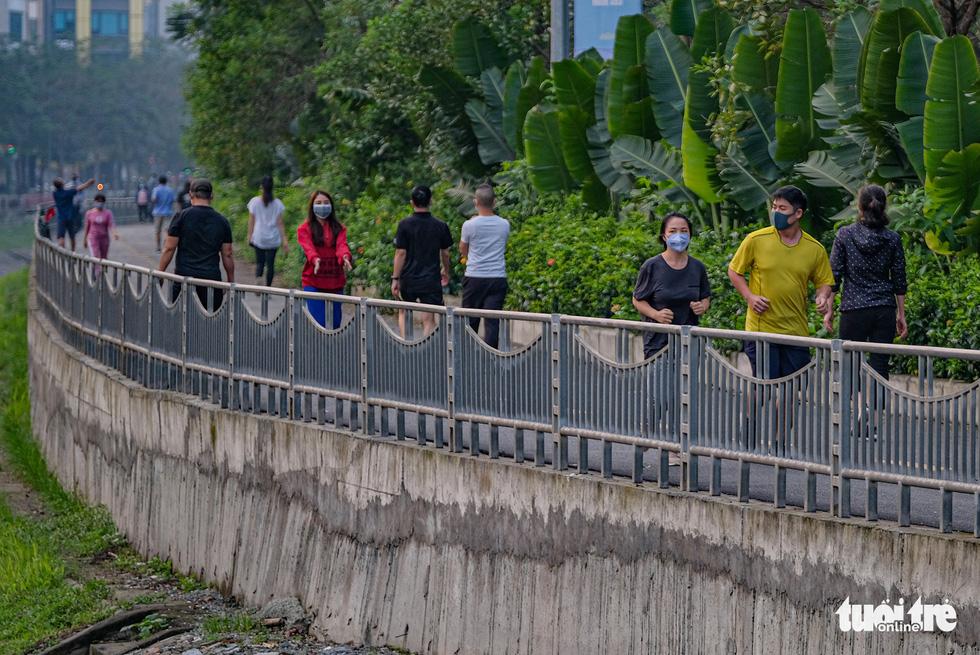 Công viên đóng cửa, nhiều người dân Hà Nội liều mình ra đường tập thể dục - Ảnh 2.