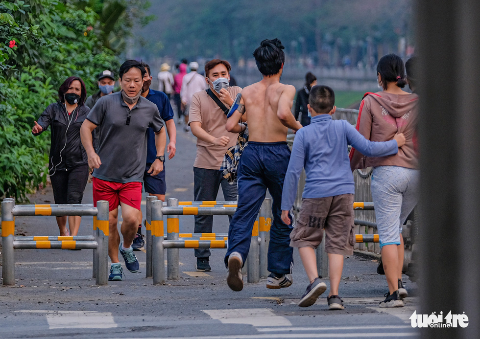 Công viên đóng cửa, nhiều người dân Hà Nội liều mình ra đường tập thể dục - Ảnh 1.