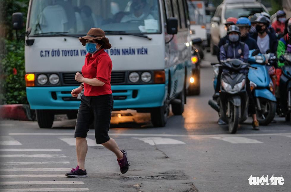 Công viên đóng cửa, nhiều người dân Hà Nội liều mình ra đường tập thể dục - Ảnh 9.