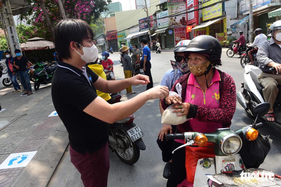 ATM gạo' ở Tân Phú tuôn trào nhân ái Sài Gòn 24/24 - Ảnh 10.