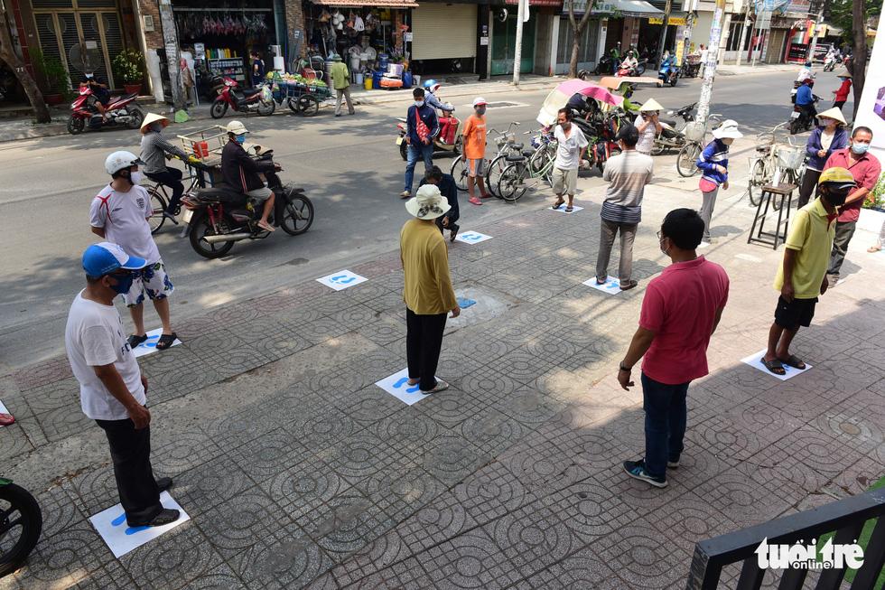 ATM gạo' ở Tân Phú tuôn trào nhân ái Sài Gòn 24/24 - Ảnh 3.