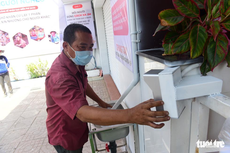 ATM gạo' ở Tân Phú tuôn trào nhân ái Sài Gòn 24/24 - Ảnh 4.