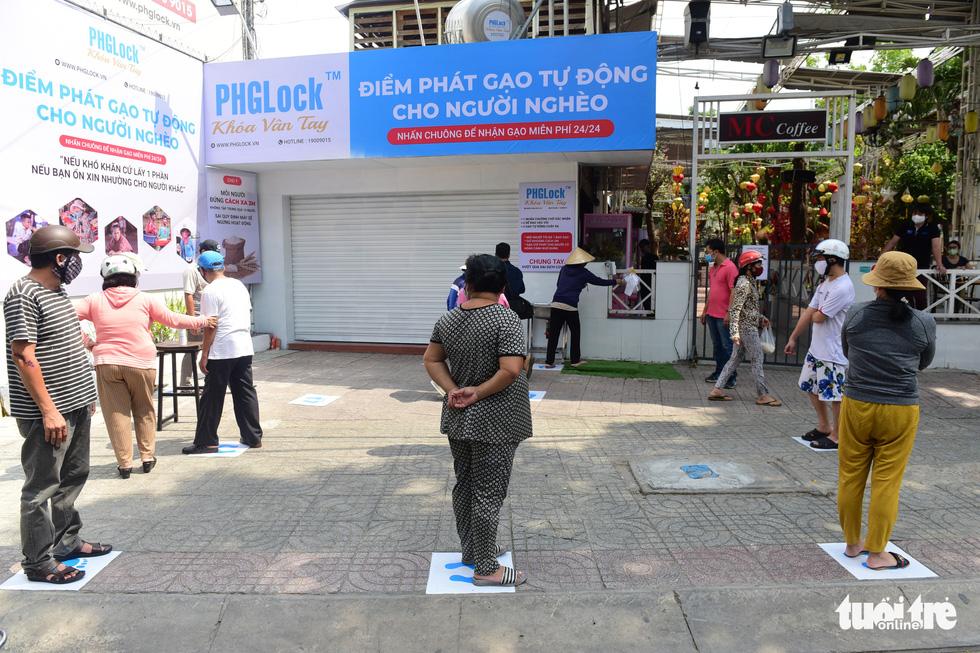 ATM gạo' ở Tân Phú tuôn trào nhân ái Sài Gòn 24/24 - Ảnh 5.