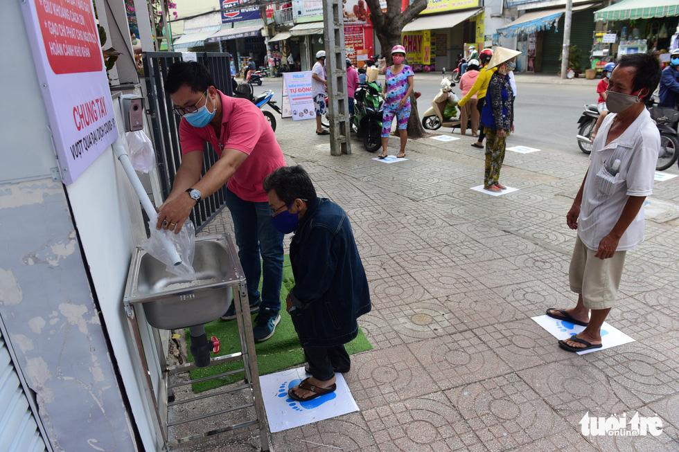 ATM gạo' ở Tân Phú tuôn trào nhân ái Sài Gòn 24/24 - Ảnh 1.