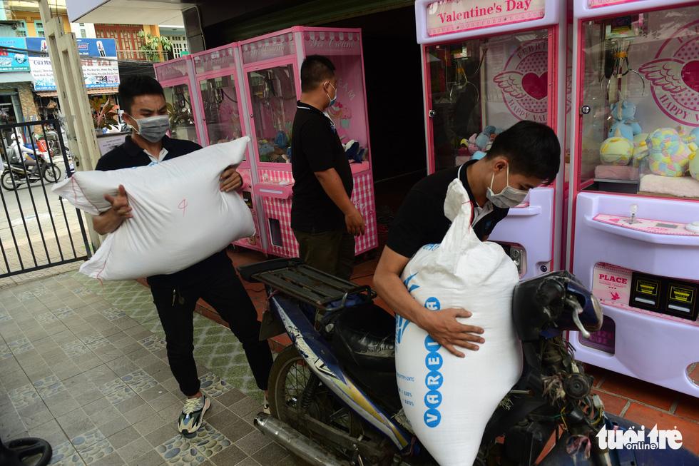 ATM gạo' ở Tân Phú tuôn trào nhân ái Sài Gòn 24/24 - Ảnh 7.