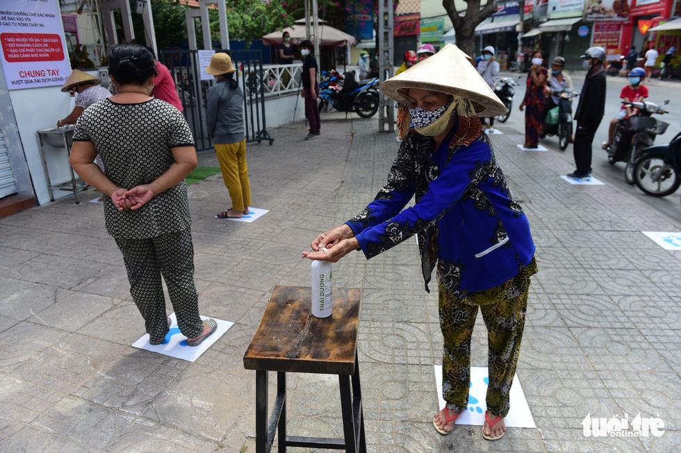 ATM gạo' ở Tân Phú tuôn trào nhân ái Sài Gòn 24/24 - Ảnh 9.